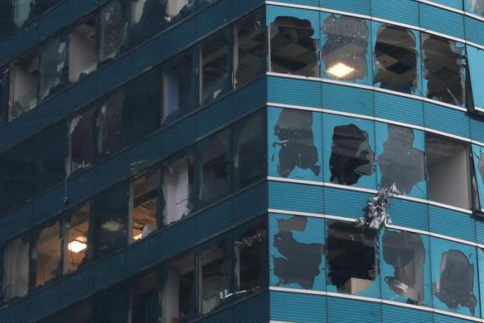 Gió mạnh kèm theo mưa lớn khiến nhiều bức tường bị đổ sập, nhiều nhà bị tốc mái, cửa sổ tại các tòa nhà bị vỡ tung.