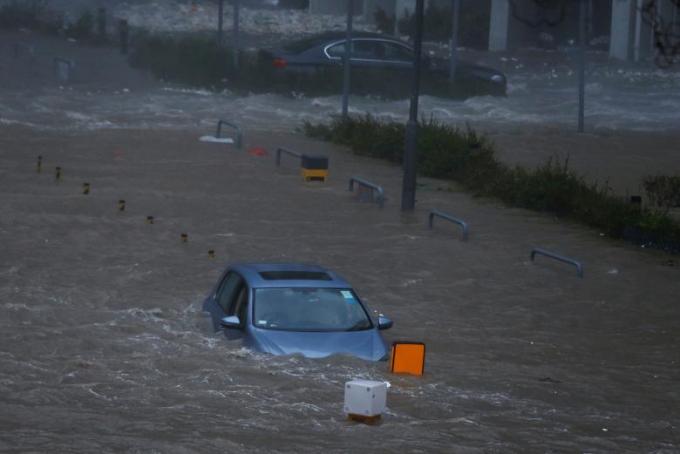Mưa lớn gây ngập lụt nghiêm trọng, giao thông bị tê liệt hoàn toàn, phố biến thành sông. Trong khi đó, mực nước biển dâng cao cùng với các đợt sóng cao ít nhất 3m.