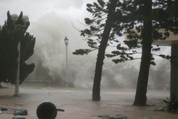 Bão Mangkhut khiến nước biển dâng cao, sóng biển đánh cao khoảng 3 m.