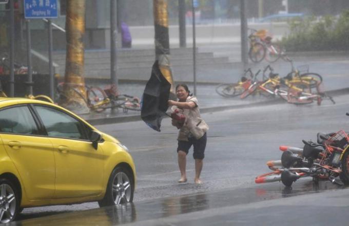 Gió lớn thổi bay người và xe đạp.