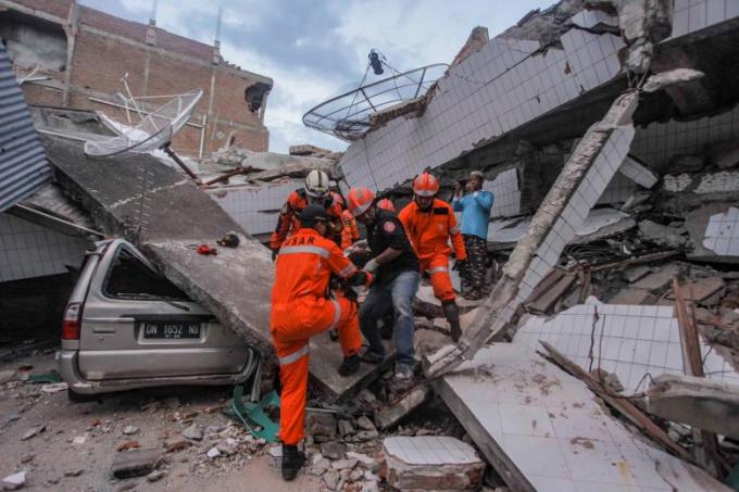 Công tác cứu hộ gặp rất nhiều khó khăn do đảo Sulewesi tiếp tục xảy ra các dư chấn, sân bay chính ở đây đã bị phá hủy sau động đất, nhiều khu vực bị cô lập sau thảm họa.