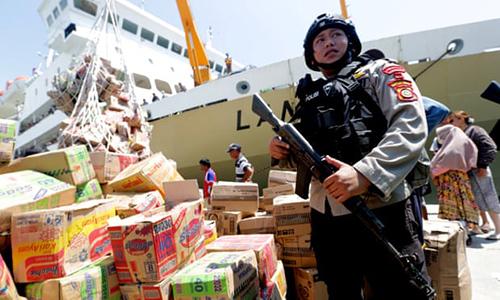 Cảnh sát được triển khai tới các cảng biển tại Palu để ngăn chặn tình trạng hôi của người dân.