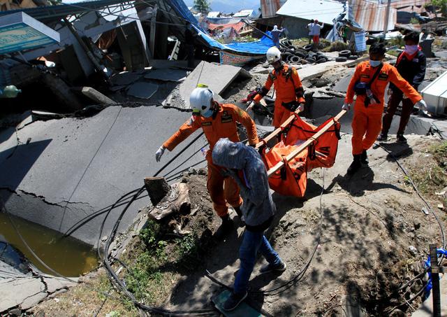 Lực lượng cứu hộ đang nỗ lực tìm kiếm các nạn nhân bị vùi lấp trong đống đổ nát.