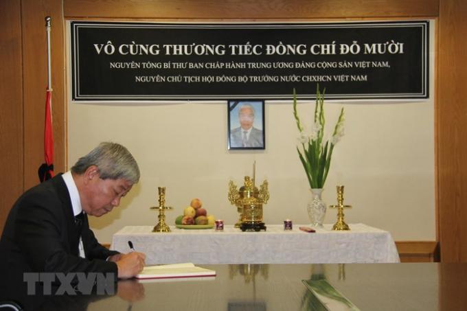 Lễ viếng và mở sổ tang nguyên Tổng Bí thư Đỗ Mười tại Israel. Đại sứ Việt Nam tại Israel Cao Trần Quốc Hải ghi sổ tang. (Ảnh: Việt Thắng/TTXVN)