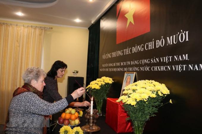 Đại sứ quán Việt Nam tại Ukraine tổ chức Lễ viếng và mở sổ tang nguyên Tổng Bí thư Đỗ Mười. (Ảnh: Dương Trí/TTXVN)