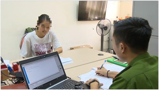 Một trong những nạn nhân bị lừa đảo đến trình báo tại cơ quan công an (ảnh QTV)