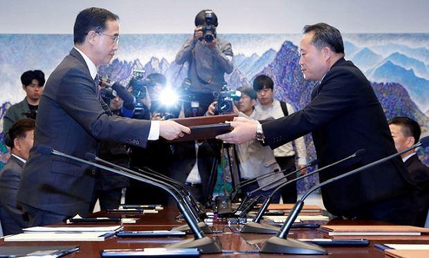 Bộ trưởng Thống nhất Hàn Quốc Cho Myoung-gyon (trái) trao đổi tuyên bố chung với Chủ tịch Ủy ban Tái thống nhất hòa bình Triều Tiên Ri Son-gwon tại cuộc họp ở Bàn Môn Điếm ngày 15.10. Ảnh Reuters