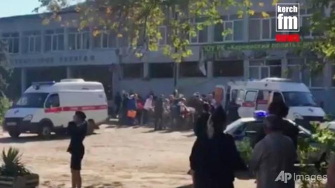 Hiện trường xảy ra vụ đánh bom, xả súng. (Ảnh: AP)
