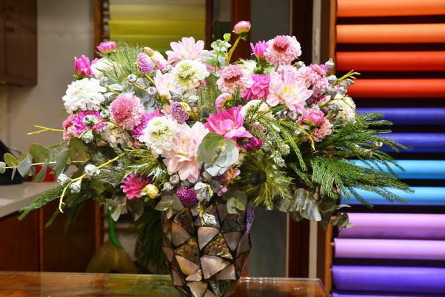Hoa cắm trong bình khảm trai làm tăng giá trị thẩm mỹ.