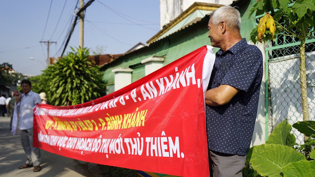 Người dân căng băng rôn bên ngoài Trung tâm Bồi dưỡng chính trị quận 2.