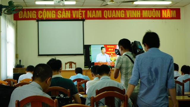 Báo chí ngồi khu vực riêng theo dõi qua màn hình