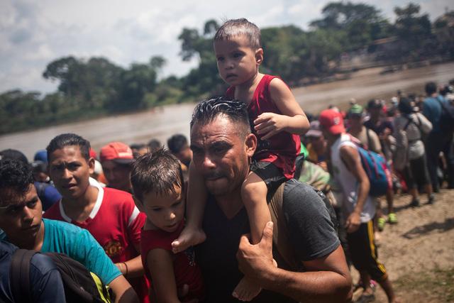 Hàng nghìn người tị nạn vượt qua biên giới Mexico tiến về Mỹ. (Ảnh: Reuters)