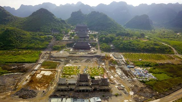 Quần thể chùa Tam Chúc đang được xây dựng trên mảnh đất thuộc huyện Kim Bảng (Hà Nam), nơi có cảnh quan sơn thuỷ hữu tình, được ví như