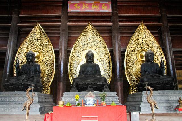 Điện Tam Thế có chiều cao 39m, diện tích sàn 5.400m², đủ chỗ cho 5.000 Phật tử cùng hành lễ.