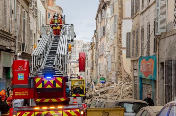 Lực lượng cứu hộ đang nỗ lực tìm kiếm các nạn nhân trong đống đổ nát.