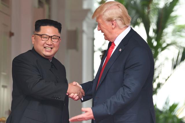 Tổng thống Trump bắt tay nhà lãnh đạo Triều Tiên Kim Jong-un tại cuộc gặp ở Singapore hồi tháng 6. (Ảnh: AFP)