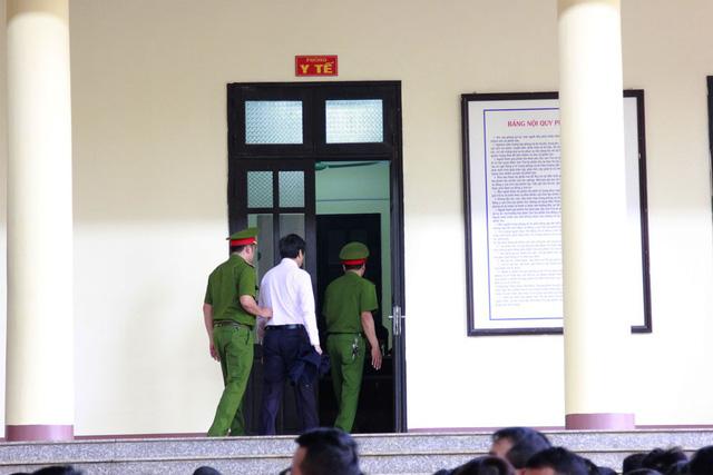 Bị cáo Phan Văn Vĩnh (ảnh trên) và Nguyễn Thanh Hóa vào phòng y tế.