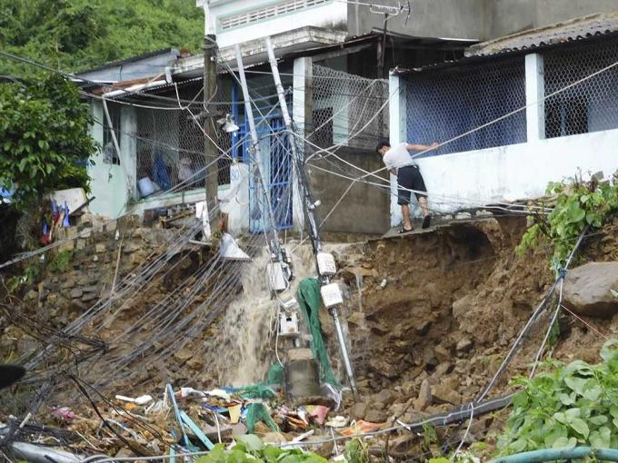 Hiện trường vụ sập nhà khiến 3 người chết, nhiều người bị thương tại thôn Thành Phát, xã Phước Đồng, TP Nha Trang