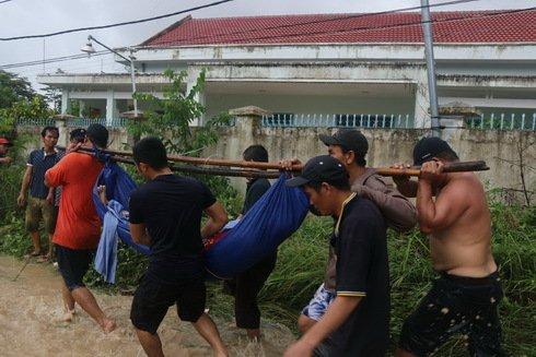 Lực lượng chức năng khẩn trương đưa nạn nhân xuống núi. Ảnh: Báo Nha Trang