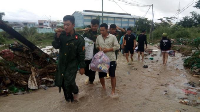 Trong ngày 18/11, nhiều người dân di tản khỏi khu vực nguy hiểm chỉ có thể mang theo con nhỏ