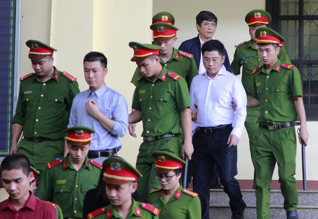 Bị cáo Phan Sào Nam (bên trái) và Nguyễn Văn Dương (đeo kính) vào phòng xử án.