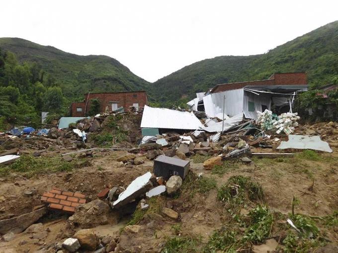 Sạt lở đất đánh sập nhiều căn nhà