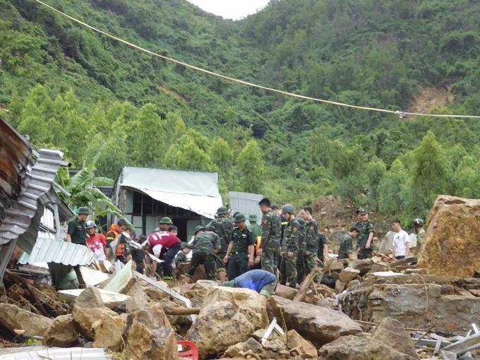 Lực lượng chức năng cứu giúp người mắc kẹt tại xã Phước Đồng