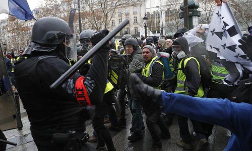 Cảnh sát đụng độ người biểu tình ở Paris hôm 8/12. Ảnh:AP.