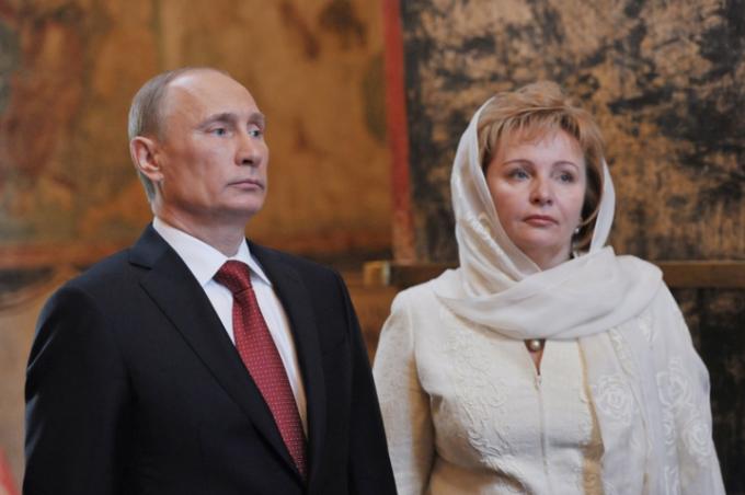 Tổng thống Nga Vladimir Putin có 2 người con gái trong cuộc hôn nhân kéo dài 30 năm với cựu tiếp viên hàng không Lyudmila Shkrebneva trước khi hai người ly hôn năm 2013.