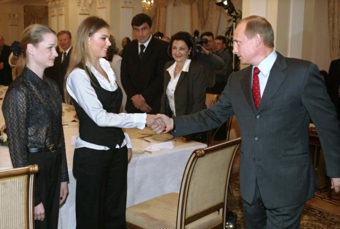 Ngoài ra, một số tin đồn cho rằng ông Putin còn có một cô con gái thứ 3 với người bạn gái cũ từng là một vận động viên thể dục nhịp điệu người Nga tên là Alina Kabaeva.