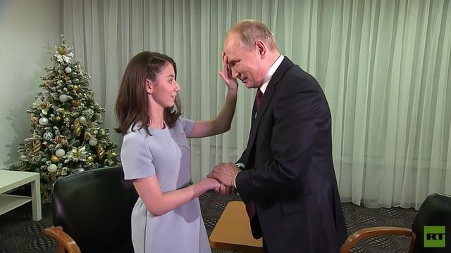 Regina xin phép được chạm vào khuôn mặt của Tổng thống Putin. (Ảnh: RT)