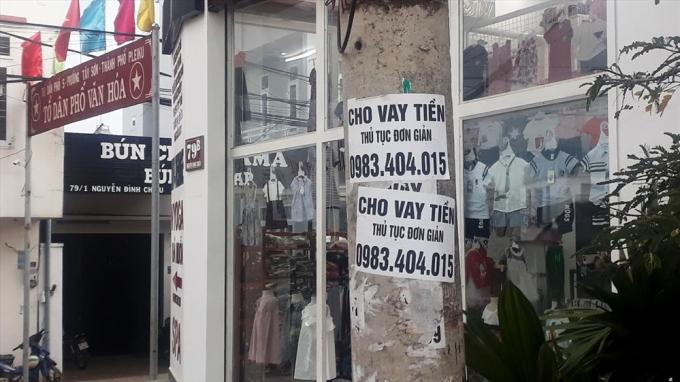Tờ rơi quảng cáo cho vay tiền dán ngay cạnh khu phố văn hóa. Ảnh Đình Văn