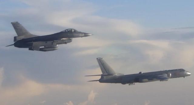 Một máy bay F-16 của Đài Loan bay gần một máy bay ném bom H-6 của Trung Quốc gần eo biển Bashi (Ảnh: Military News Agency)
