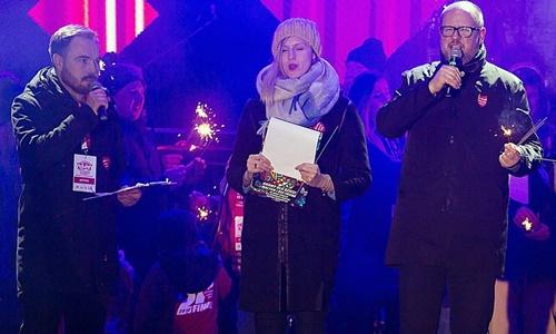 Thị trưởng Pawel Adamowicz (ngoài cùng bên phải) phát biểu trên sân khấu khi tham dự sự kiện từ thiện ngày 13/1. Ảnh:AP.