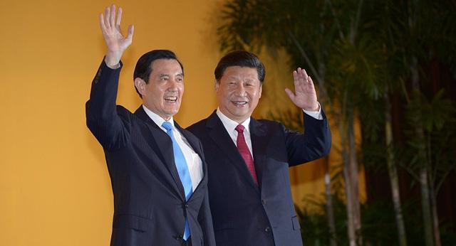 Cựu lãnh đạo Đài Loan Mã Anh Cửu (trái) gặp Chủ tịch Trung Quốc Tập Cận Bình tại khách sạn Shangri La ở Singapore năm 2015. (Ảnh: Sputnik)