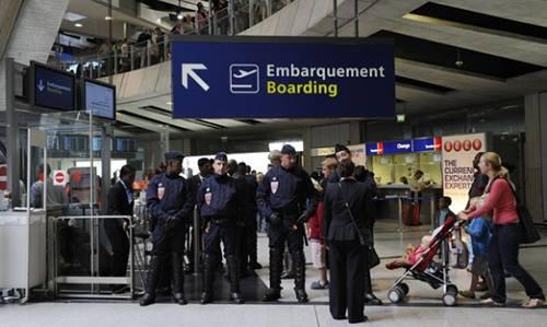 Cảnh sát Pháp gác tại một cổng của sân bay Charles deGaulle năm 2011. Ảnh:Reuters.