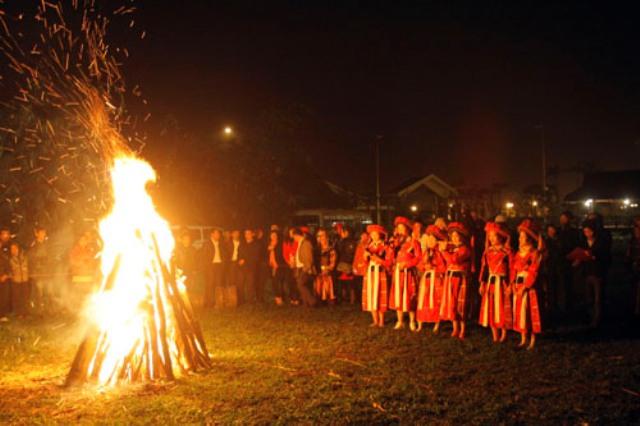 Lễ hội nhảy lửa của người Pà Thẻn.