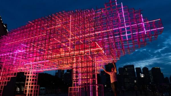 Đèn lồngmô phỏng hình lợn, linh vật của năm Kỷ Hợi, cao 5 mét, dài 11m,được dựng lên gần Nhà hát Opera Sydney.