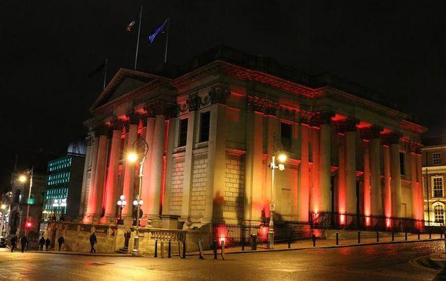 Tòa thị chính thành phố tại Dublin, Ireland được nhuộm ánh sáng đỏ để đón mừng năm mới âm lịch.