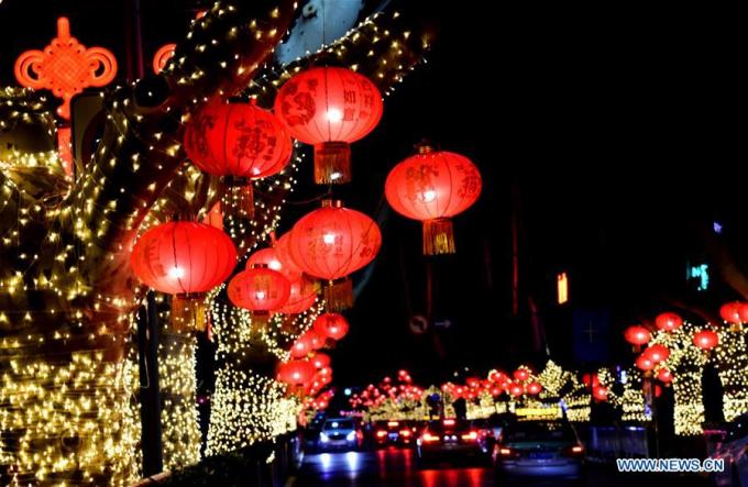 Tại Trung Quốc, đường phố được trang hoàng lộng lấy với sắc đỏ của đèn lồng, sắc vàng cuae đèn trang trí.