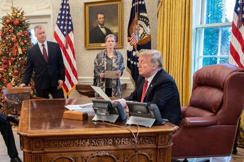 Từ phải qua trái: Tổng thống Trump, ủy viên Hội đồng An ninh Quốc gia Allison Hooker và đặc phái viên Biegun trong phòng Bầu dục đêm Giáng sinh. Ảnh:Twitter/Donald J. Trump.