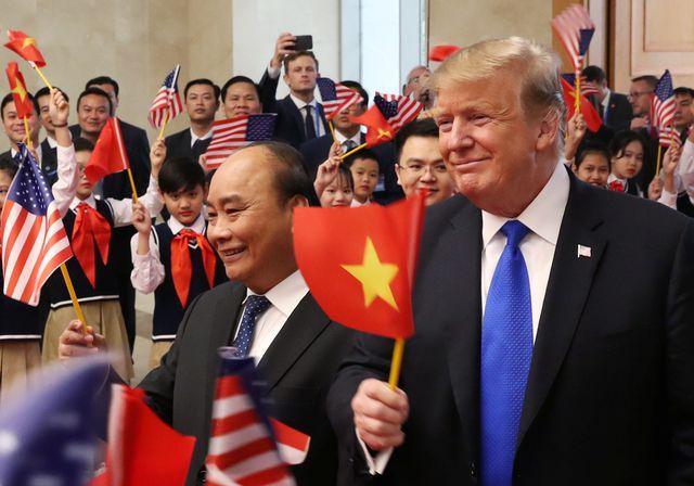 Thủ tướng Nguyễn Xuân Phúc cùng Tổng thống Donald Trump cùng vẫy cờ.
