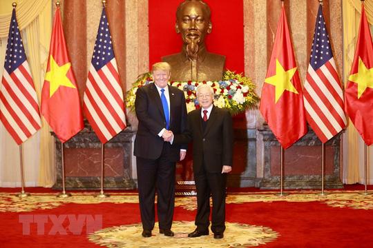Tổng Bí thư, Chủ tịch nước Nguyễn Phú Trọng chào mừng Tổng thống Donald Trump. Ảnh: TTXVN