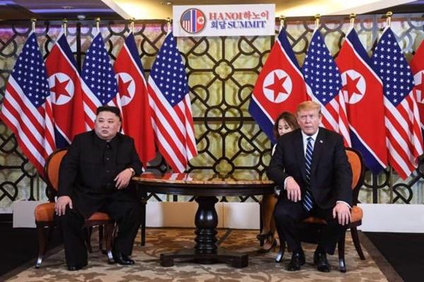 Chủ tịch Triều Tiên Kim Jong-un và Tổng thống Mỹ Trump tại Metropole. Ảnh:AFP.