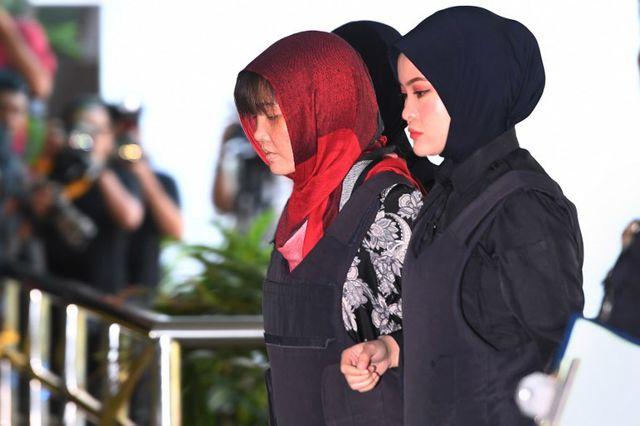 Bị cáo Đoàn Thị Hương trong trang phục áo chống đạn đã được dẫn giải đến Tòa thượng thẩm Shah Alam. (Ảnh: AFP)