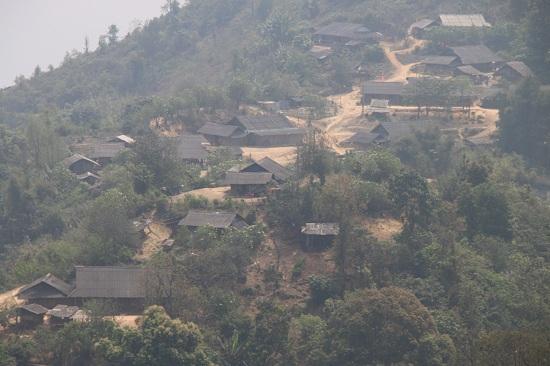 Đứng từ trên đỉnh đèo có thể phóng tầm mắt nhìn cảnh núi non hùng vĩ và những bản làng nhấp nhôphía những sườn đồi.