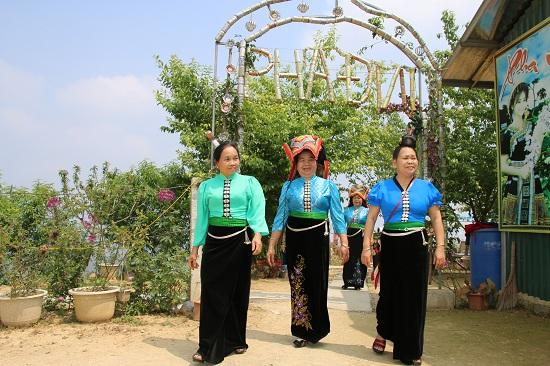 Nhờ cảnh đẹp nên thơ và có khu du lịch sinh thái ngay trên đỉnh đèo nên rất nhiều du khách thập phương không ngại đường xa đến với Pha Đin.