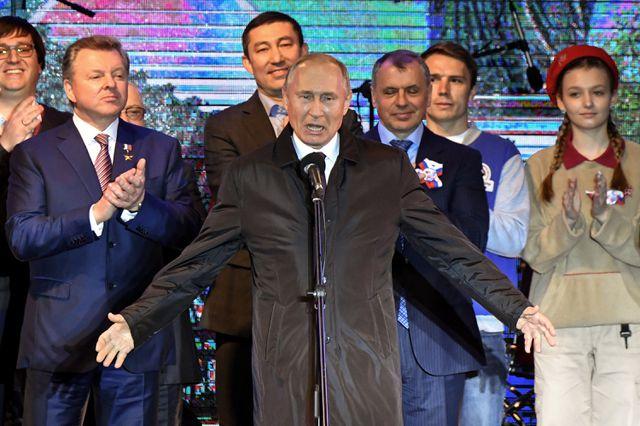 Ông Putin phát biểu tại buổi hòa nhạc ngoài trời tạithành phố Simferopol. (Ảnh: Reuters)