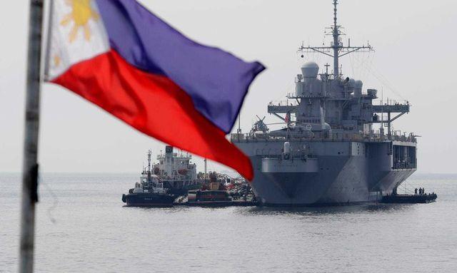 Tàu USS Blue Ridge, soái hạm Hạm đội 7 Hải quân Mỹ, ở ngoài khơi Manila trong chuyến thăm thường kỳ tới Philippines hôm 13/3. (Ảnh: AP)