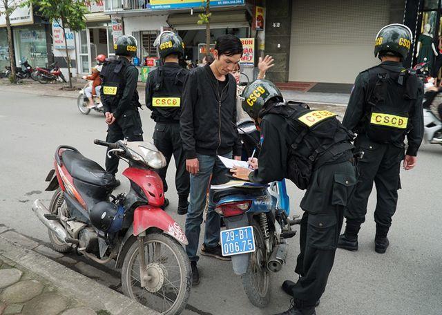 Sau khi ký vào biên bản phạt, người vi phạm còn được tổ công tác nhắc nhở, để đảm bảo không tái phạm.